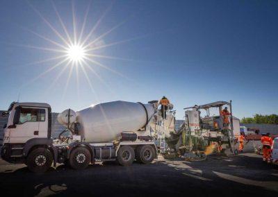 Industriefotografie Baustellenfotografie mit Fahrzeugrückhaltesystemen aus Ortbeton.