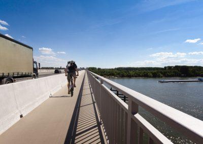 Ortbetonschutzwand auf der Schiersteiner Brücke zum Schutz der Fußgänger und Radfahrer.