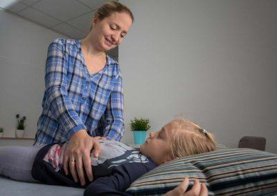 Oseopathische Behandlung eines Kindes