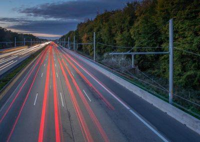 Industriefotografie Ortbetonschutzwand an der A5 zum Schutz der Masten. Produktfotografie.