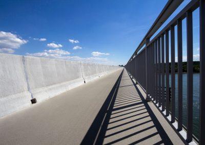 Ortbetonschutzwand auf der Schiersteiner Brücke. Produktfotografie.