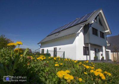 Fotografie eines Einfamilienhauses mit Solaranlage in Weitersburg