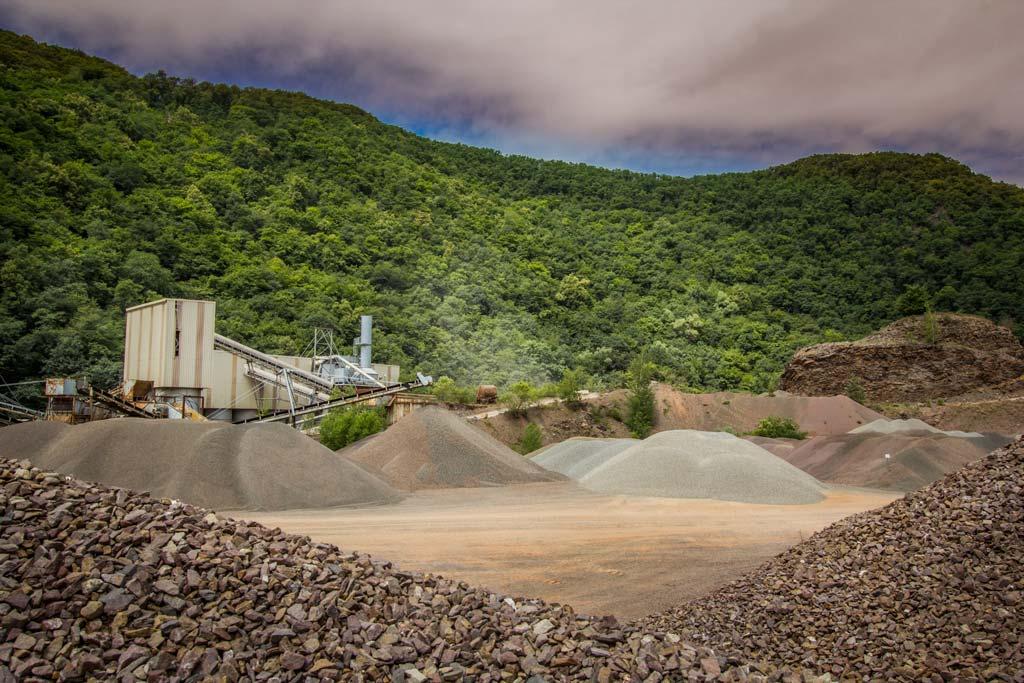 Industriefotografie: Steinbruch in mitten der Natur.