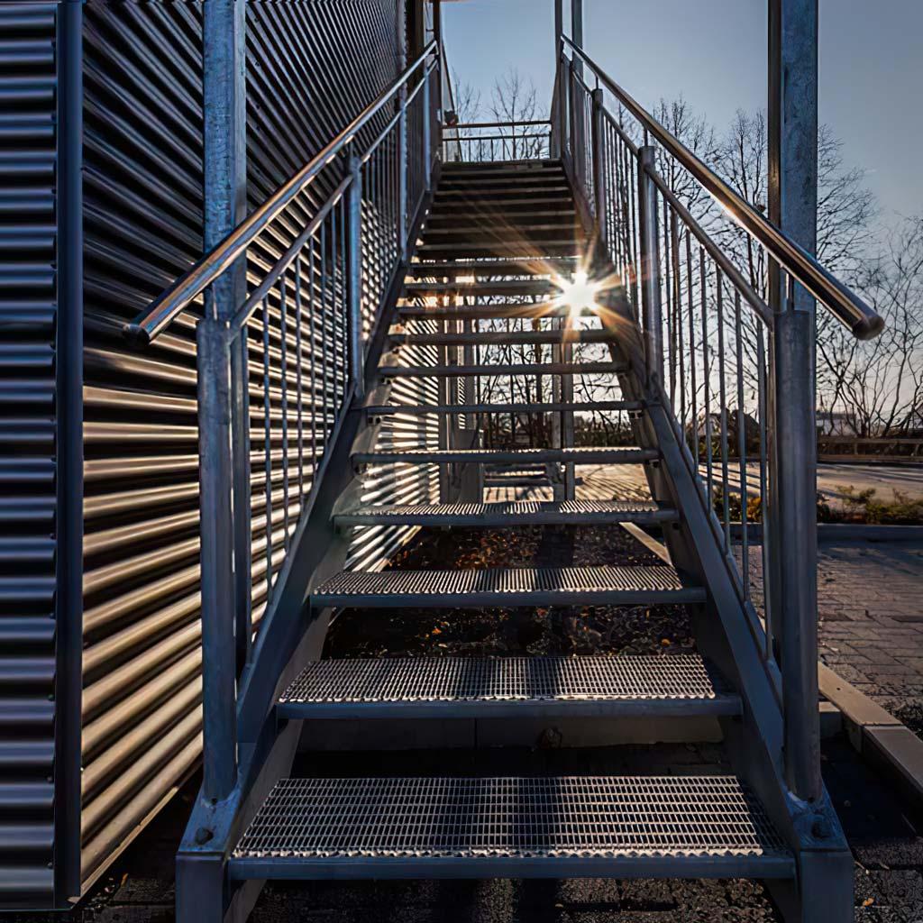 Industriefotografie: Container mit Treppe und Sonnenstrahlen.